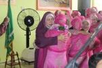 Santriwati memeluk ibunya